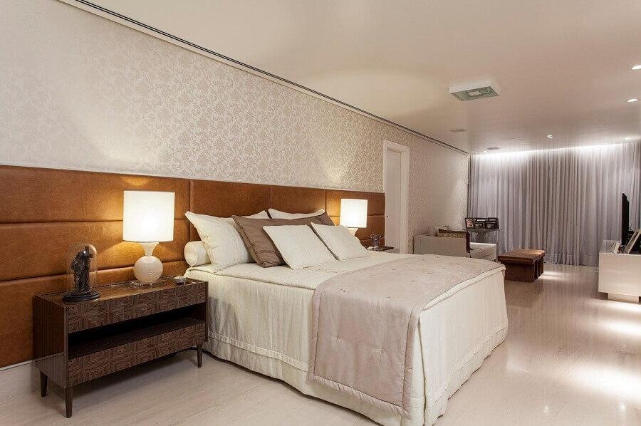 decoração em tons neutros para quarto amplo com cabeceira casal marrom estofada Foto SQ+ Arquitetos Associados