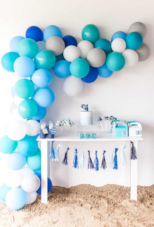 decoração festa infantil simples bonita com balões azuis Foto 100 Layer Cakelet