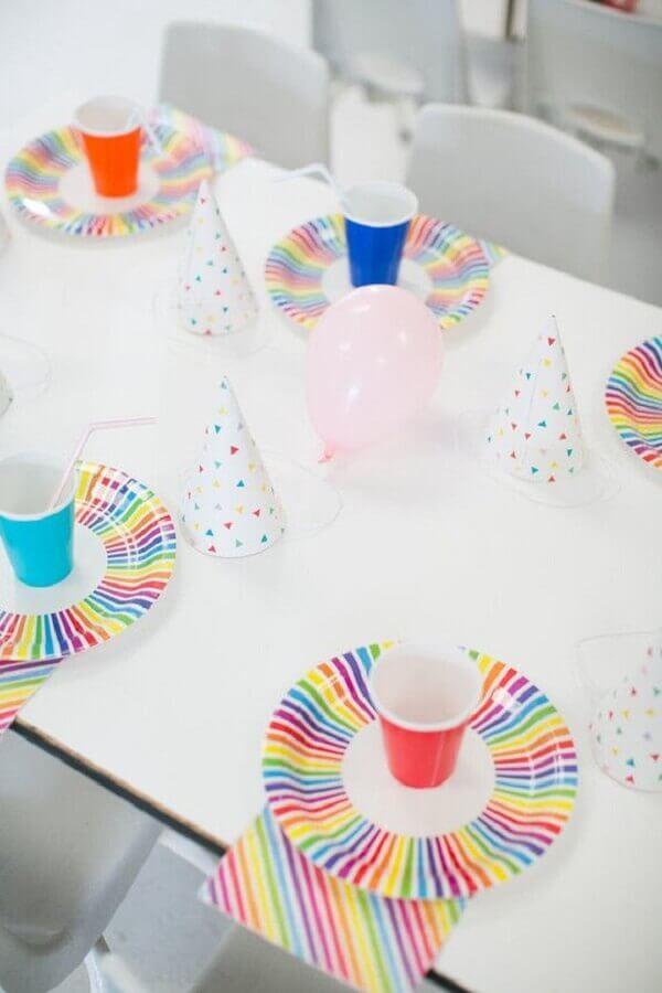 decoração festa infantil simples bonita com copos e pratos coloridos Foto Pinterest