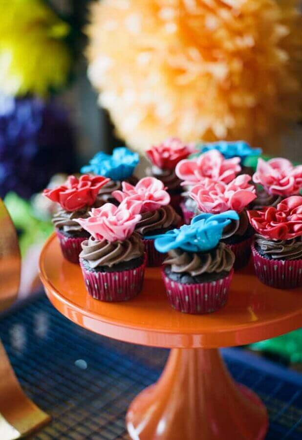 Mexican party decoration with cupcakes with colorful flowers on top Foto Pinterest