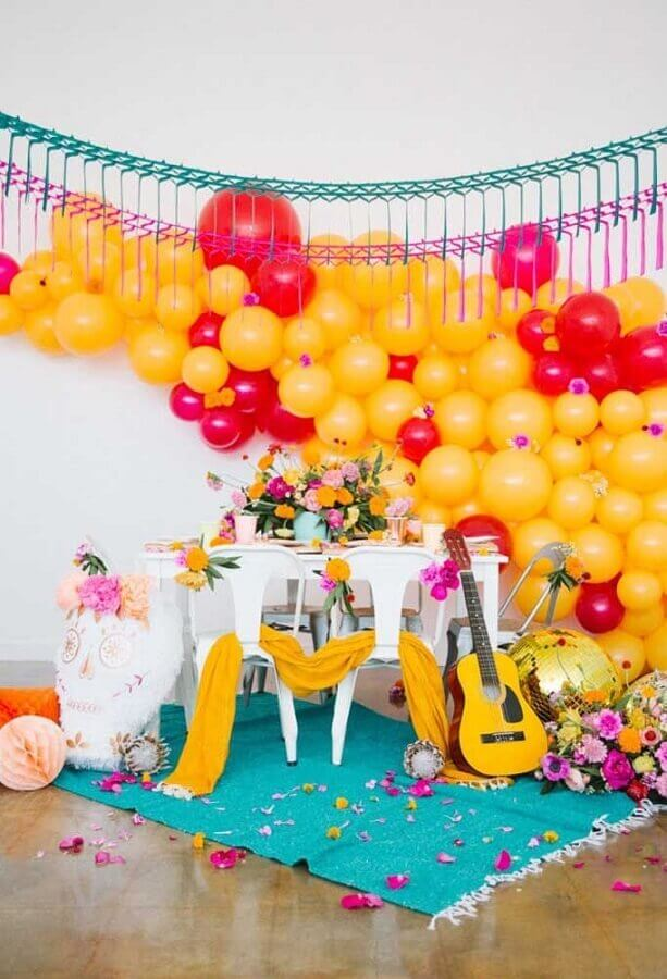 Mexican party decoration with balloon panel and flower arrangements Photo 100 Layer Cakelet
