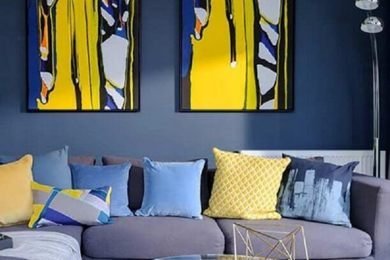 decoração moderna para sala azul e amarelo com mesa de centro de vidro  Foto Home Fashion Trend