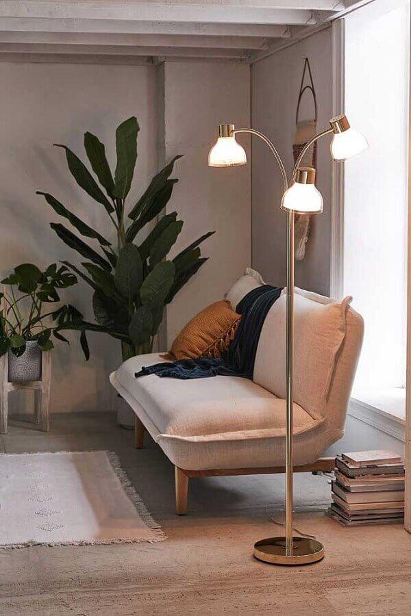 decoração para sala com sofá sem braço e abajur de chão moderno Foto Home in Fashion