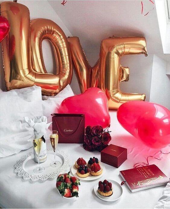 Decoração de quarto romântica com presentes em cima da cama
