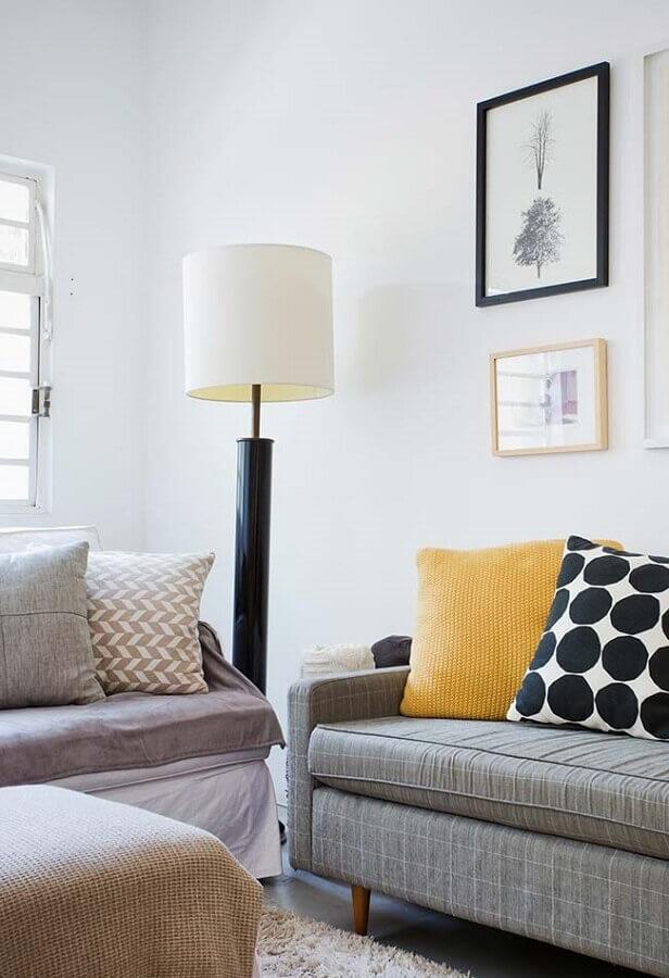 decoração simples com abajur de chão para sala Foto Karen Pisacane