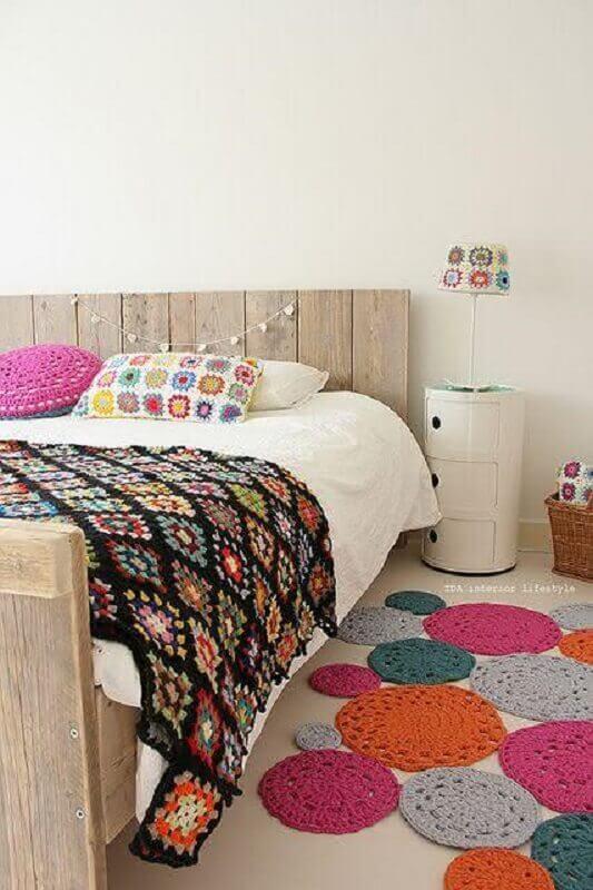 decoração simples com tapete de crochê colorido para quarto de casal Foto Revista Artesanato