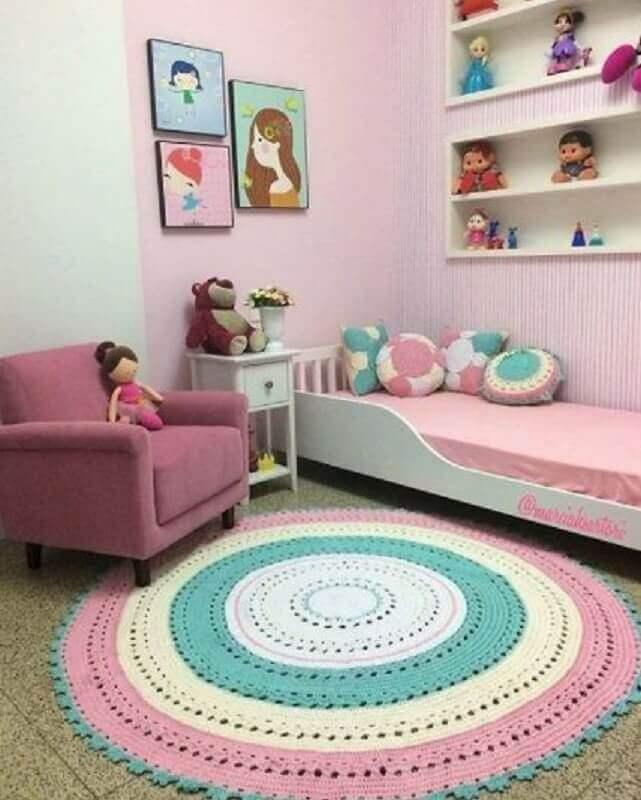 decoração simples com tapete de crochê para quarto de menina Foto Pinterest