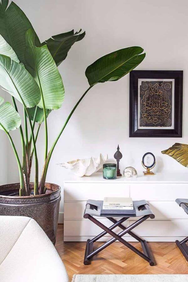 Decoração com vaso grande e comoda branca