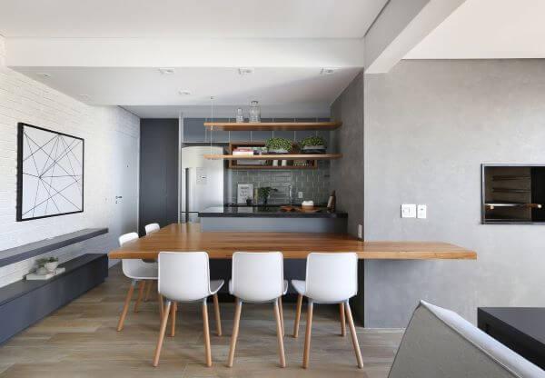 Mesa com bancada na cozinha americana