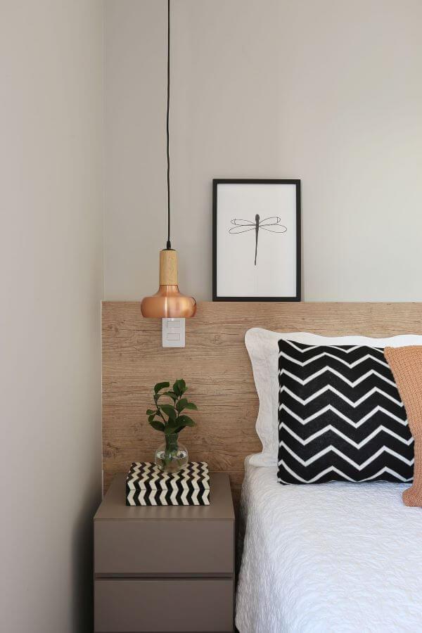 Quarto com cama box casal e cabeceira de madeira