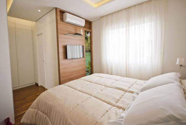 Quarto com cama box casal king e decoracao clean