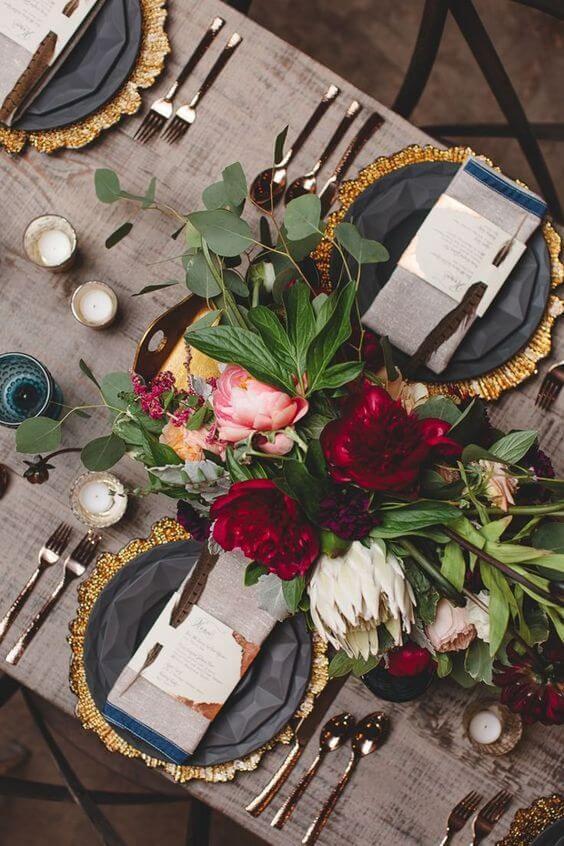 Decoração romântica de jantar com flores lindas