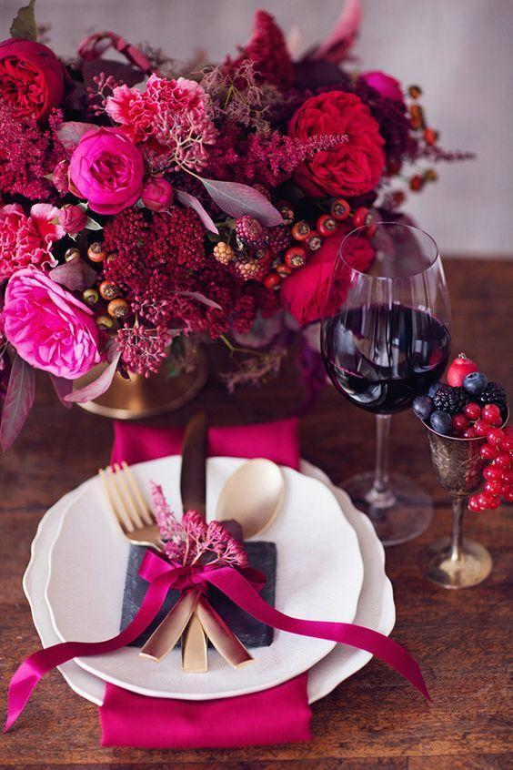 Mesa de jantar romântica com flores vinho
