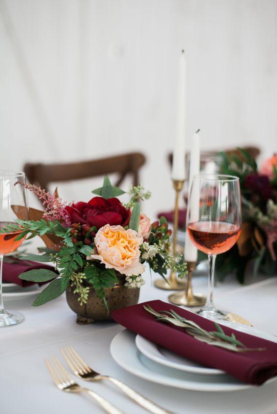 Decore a mesa de jantar com os elementos certos para ter uma decoração romântica