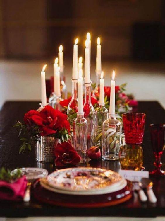 Decoração romântica com velas e flores vermelhas