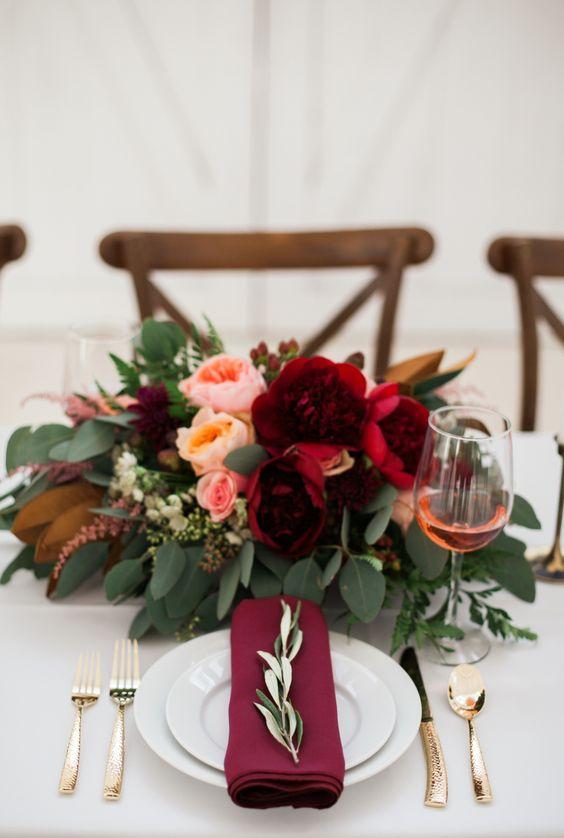 Mesa de jantar com decoração romântica