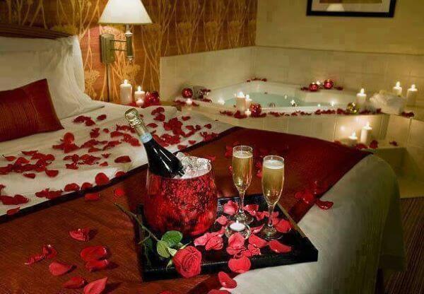 Decoração romântica com pétalas de rosa no quarto