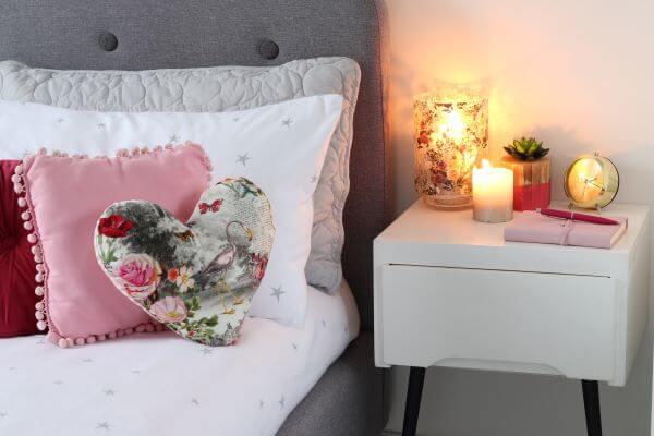 Decoração romântica para quarto de casal moderno e simples