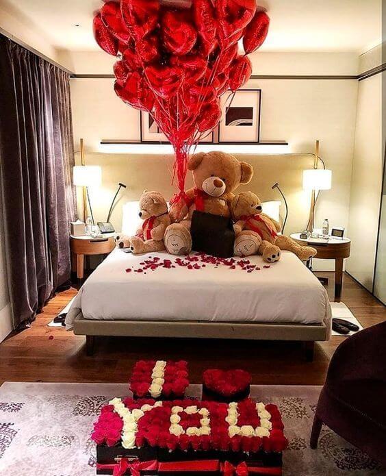 Decoração romântica no quarto moderno com balões e ursos de pelúcia