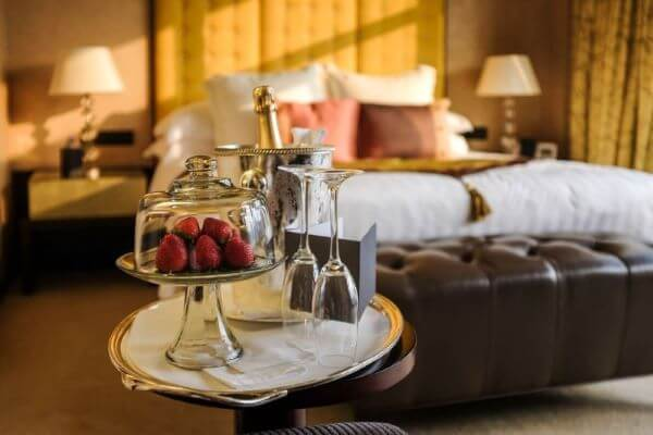 Quarto com decoração romântica simples