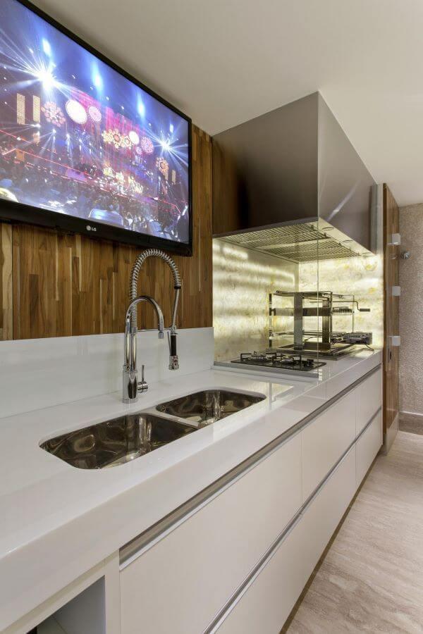 Cozinha com churrasqueira de vidro