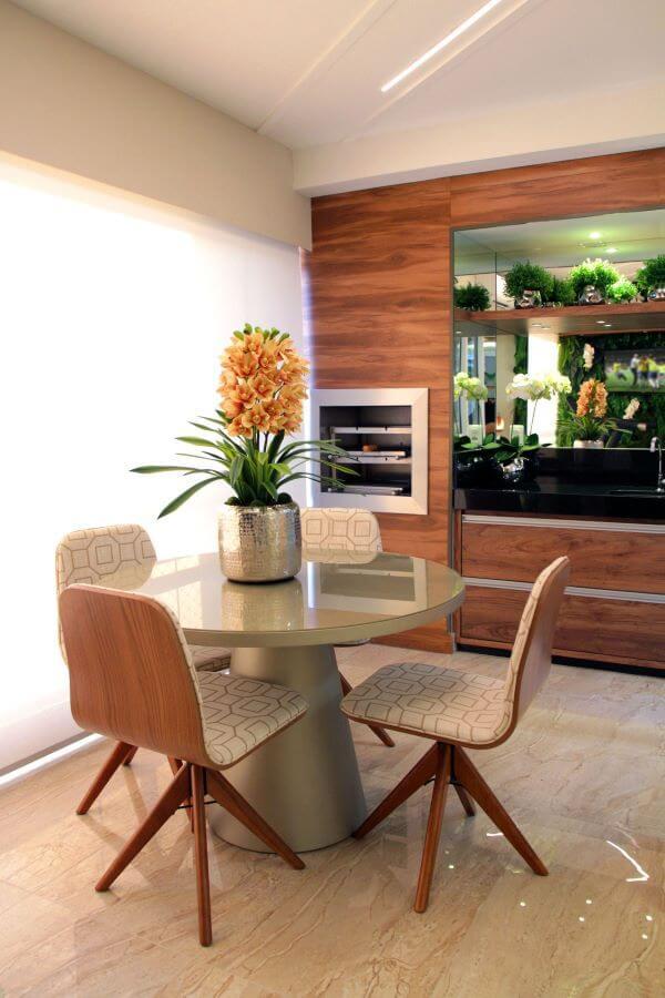 Churrasqueira pequena dentro de casa moderna