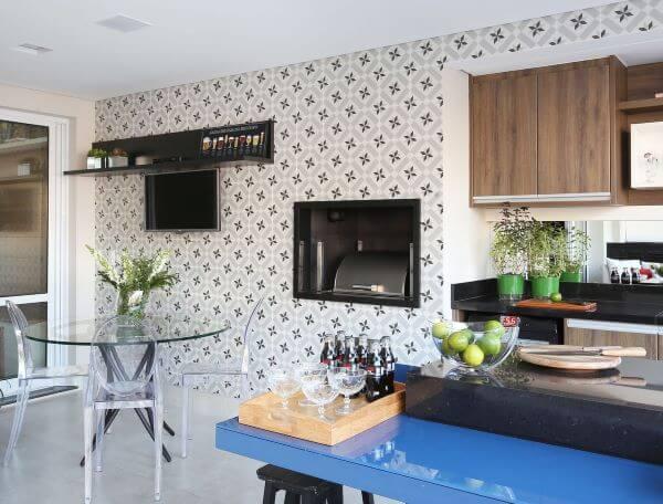 Varanda gourmet com ladrilhos na churrasqueira e bancada azul