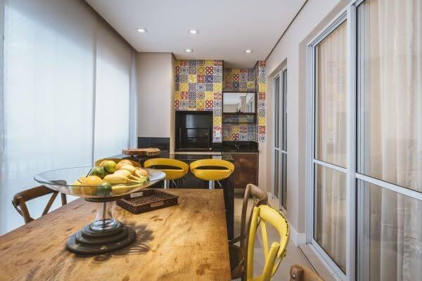 Varanda gourmet com móveis amarelos