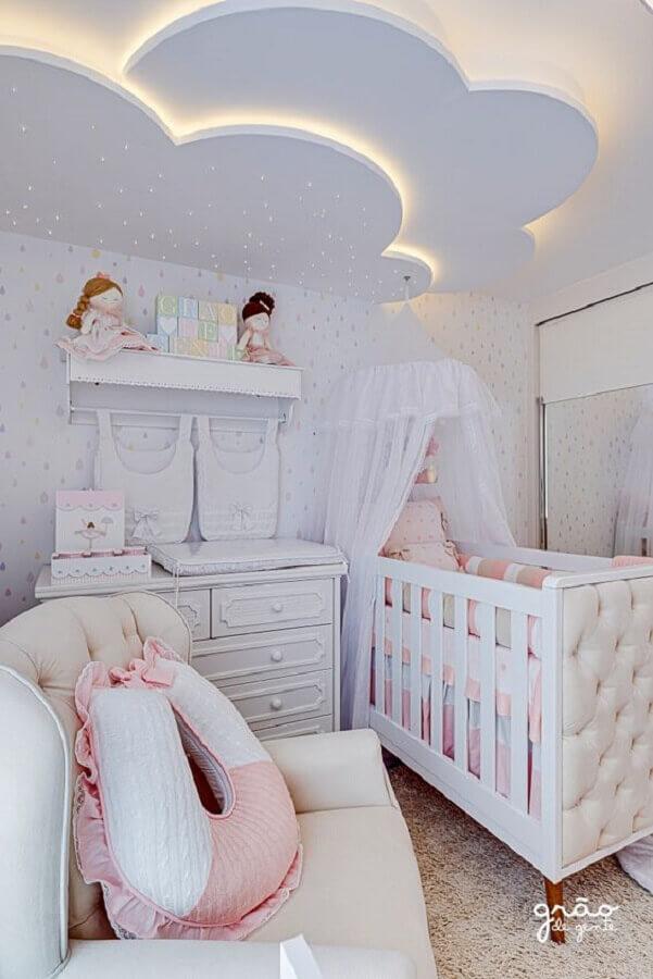 detalhe em nuvem no teto para decoração de quarto de bebê planejado feminino Foto Grão de Gente