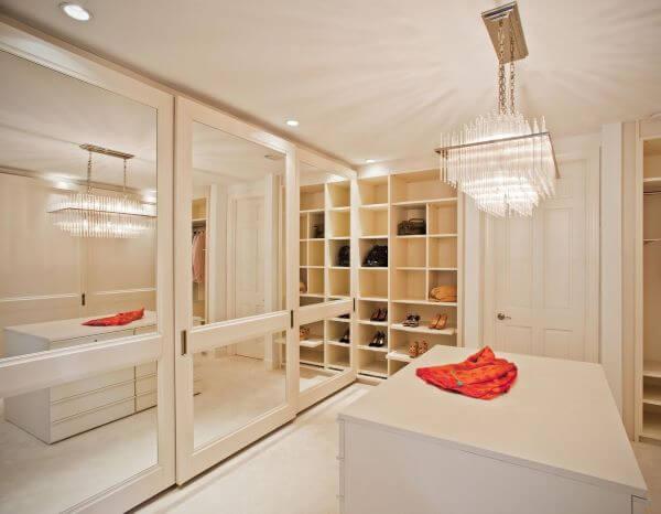 Lustre de cristal com portas espelhadas