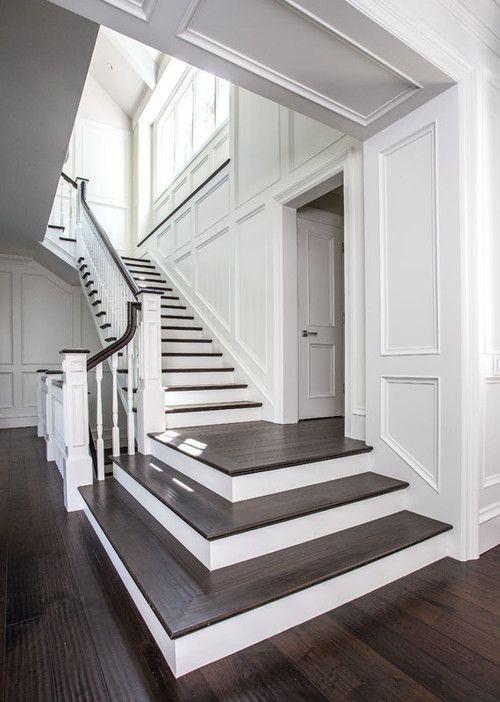 Escada com porcelanato amadeirado escuro e paredes brancas