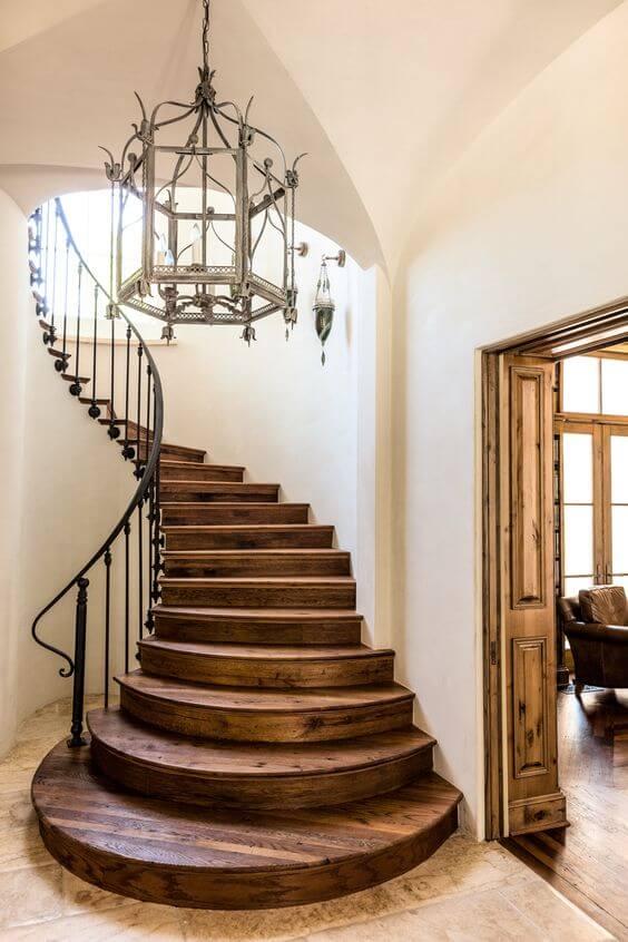 Escada com porcelanato amadeirado escuro