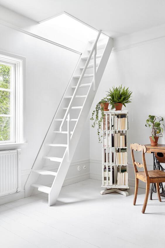 Escada vazada branca na casa pequena