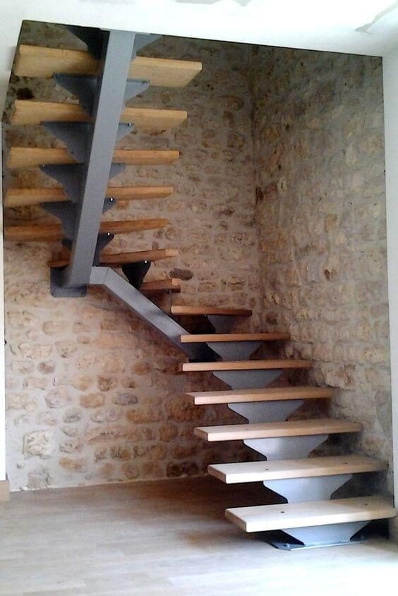 Escada caracol vazada de madeira