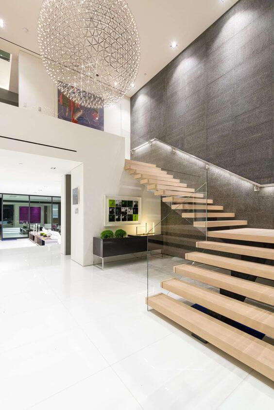 Escada vazada com guarda corpos de vidro