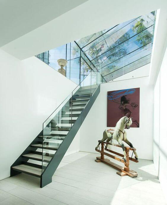 Casa moderna com escada vazada de ferro