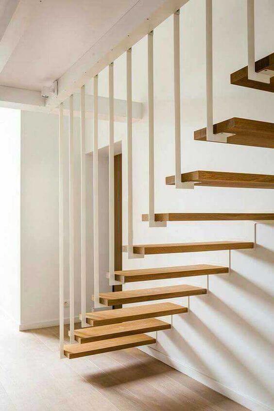 Escada vazada de madeira na sala iluminada