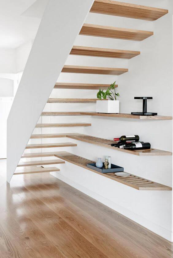 Prateleiras são opções práticas do que colocar embaixo da escada vazada