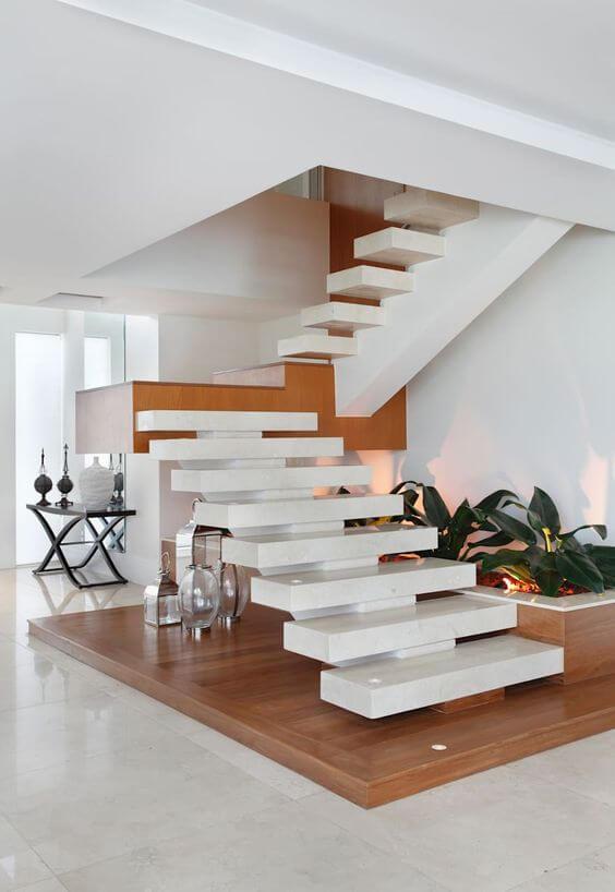Escada vazada em L na sala branca