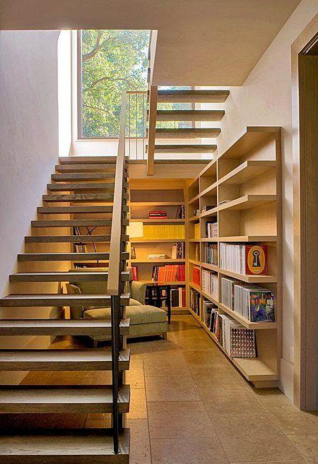 Escada vazada de madeira na sala pequena