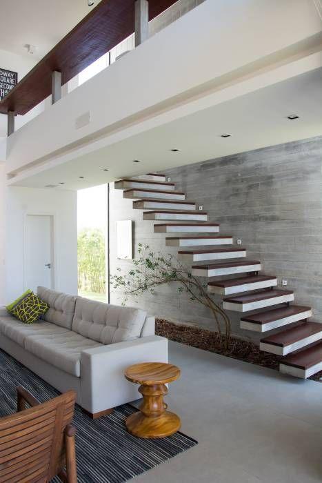 Sala ampla com escada vazada