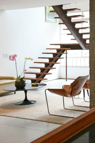 Escada vazada em L para sala moderna
