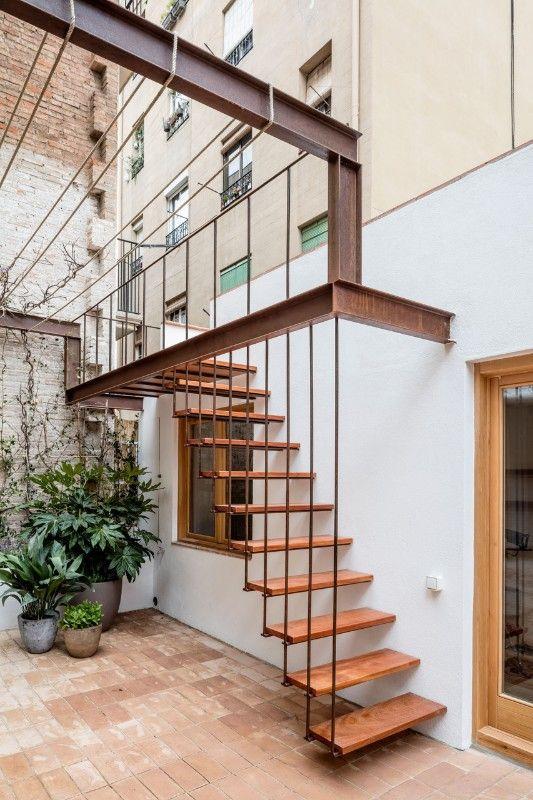 Escada vazada de madeira na área externa