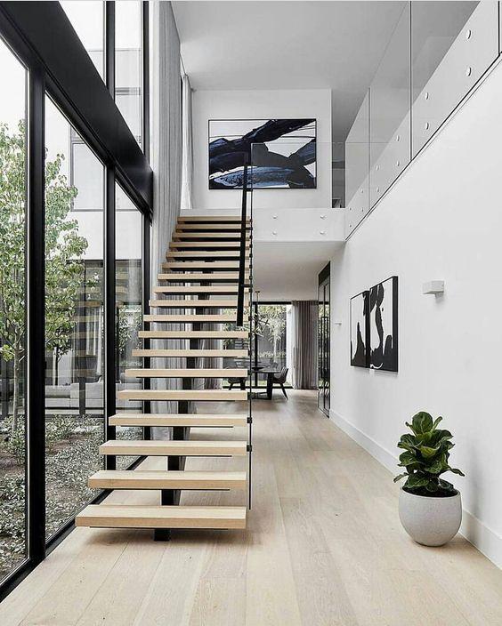 Escada Vazada na casa ampla