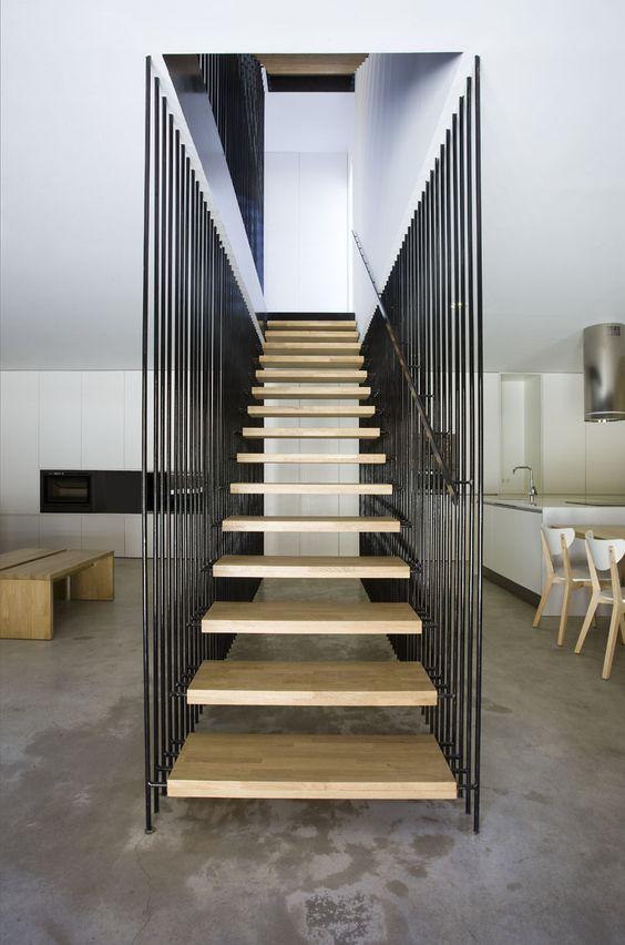 Escada vazada na sala moderna