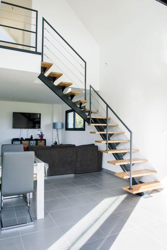 Escada vazada na sala de estar clean