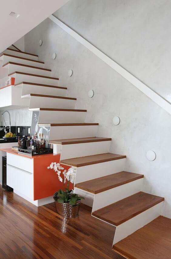 Escada de madeira na casa moderna com mini bar embaixo