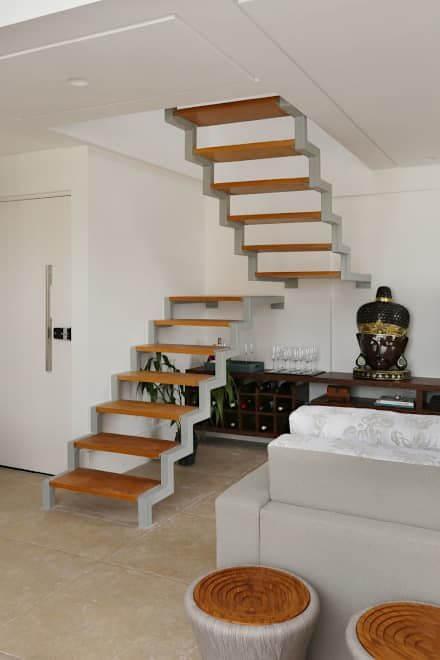 Escada vazada na madeira com bar embaixo