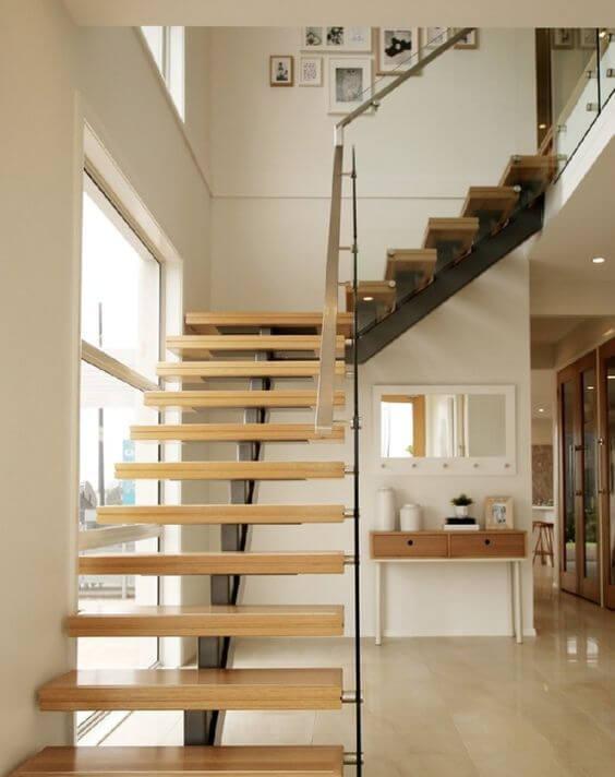 Escada vazada em L com guarda corpos de vidro