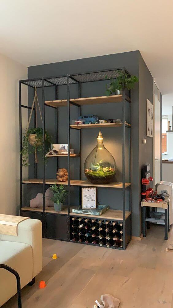 Estante de ferro na sala de estar com plantas